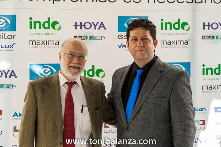 Manuel toharia junto al fotógrafo Toni Balanzà en el cuarenta 40 aniversario de Zas visión Cooptival - Hotel The Westin Valencia. OPTICA BENIMAMET y Toni Balanzà, premiados y fotógrafo oficial de las jornadas.