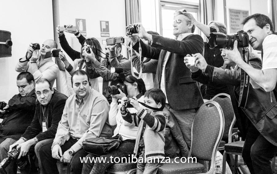 Fotografía de Toni Balanzà - fotógrafo que fotografía a grandes fotógrafos, mientras fotografían a un gran fotógrafo en Calificaciones 2013