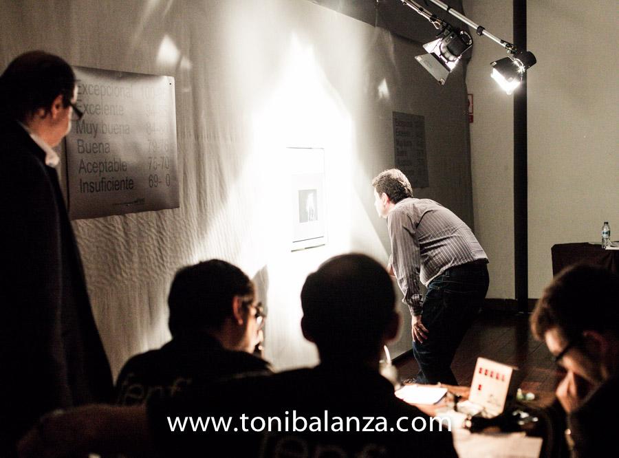 Toni Balanzà observa una fotografía en el potro de Calificaciones para calificar diche obra