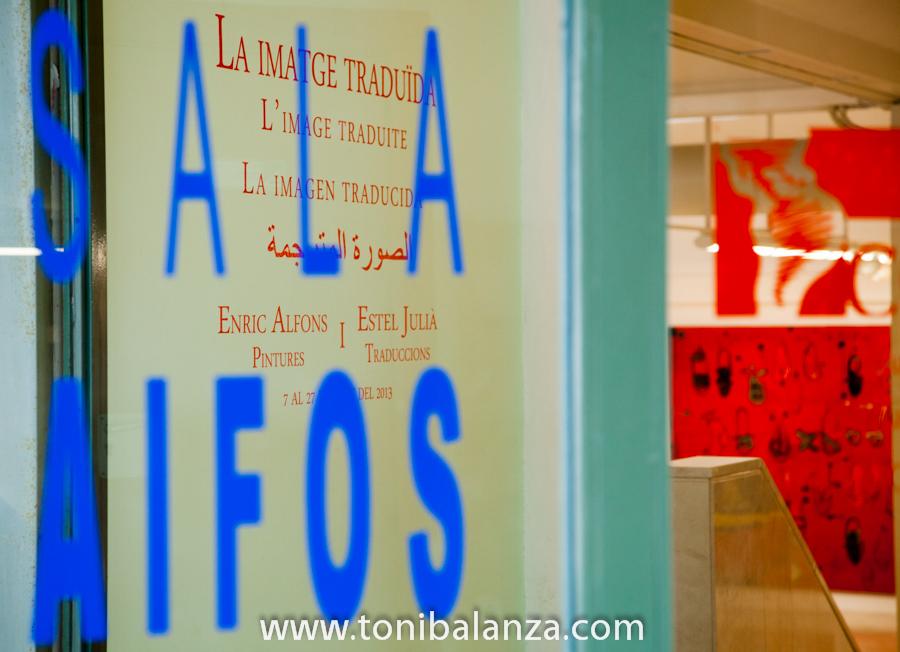 La Sala Aifòs de la Facultat de Filologia, dónde se exhibe la exposición de Enric Alfons en la Universidad de Alicante. Fotografía de Toni Balanzà
