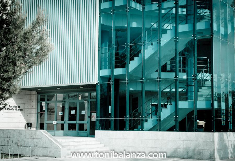 Edificio de la Facultad de Filología en la Universidad de Alicante. Fotografía de Toni Balanzà