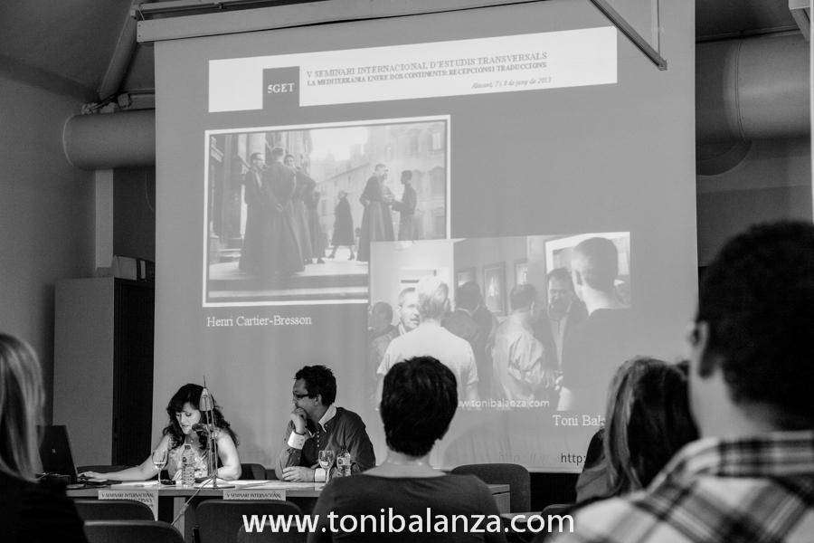 Comparación de una fotografía de Henri Cartier Bresson con una fotografía de Toni Balanzà, durante la conferencia de Estel Julià en La Imatje Traduïda - La imagen traducida, junto a la exposición del pintor Enric Alfons en la Universidad de Alicante. Fotografía de Toni Balanzà