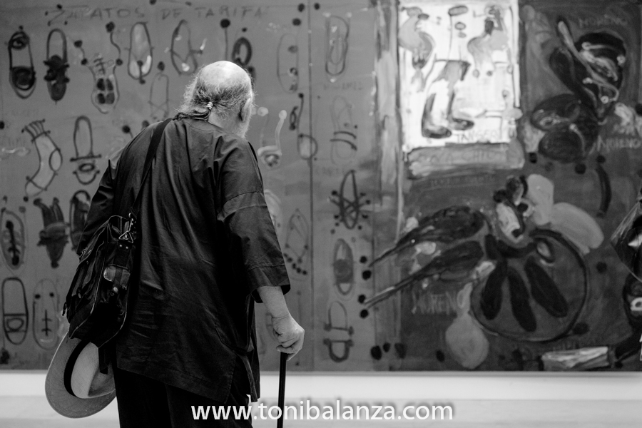 Un visitante a la exposición de Enric Alfons en la Universidad de Alicante. Fotografía de Toni Balanzà