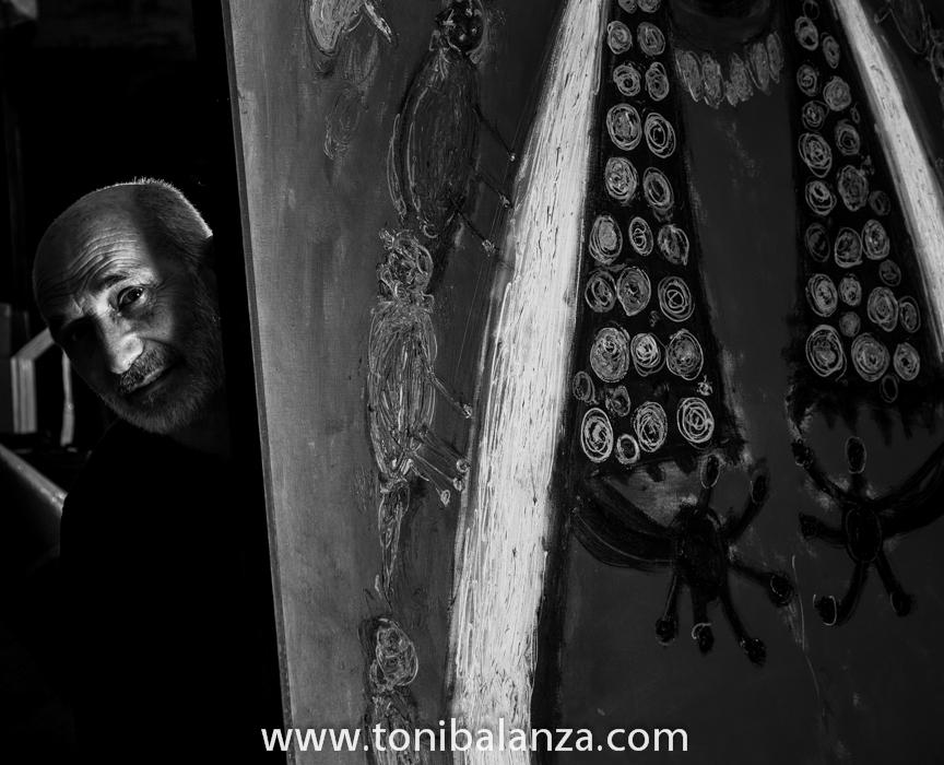 El pintor Enric Alfons entre sus dos pinturas, evocando uno de sus trabajos más famosos. Fotografía de Toni Balanzà