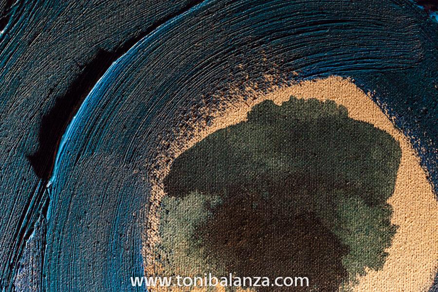 Detalle del trazo de pintura sobre el lienzo en una obra del pintor Enric Alfons. Fotografía de Toni Balanzà