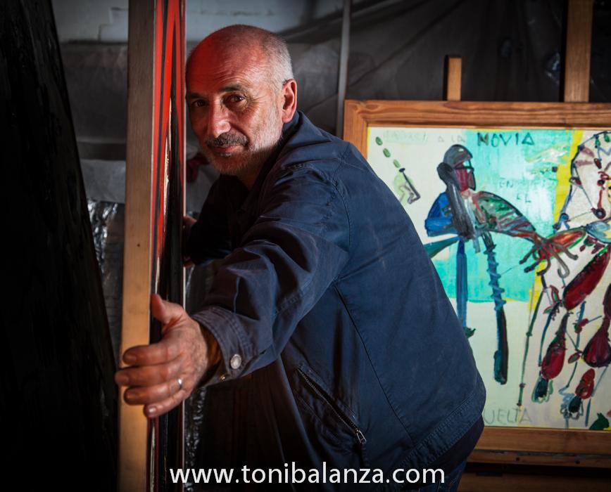 El pintor Enric Alfons junto a una de sus obras en Valencia. Fotografía de Toni Balanzà
