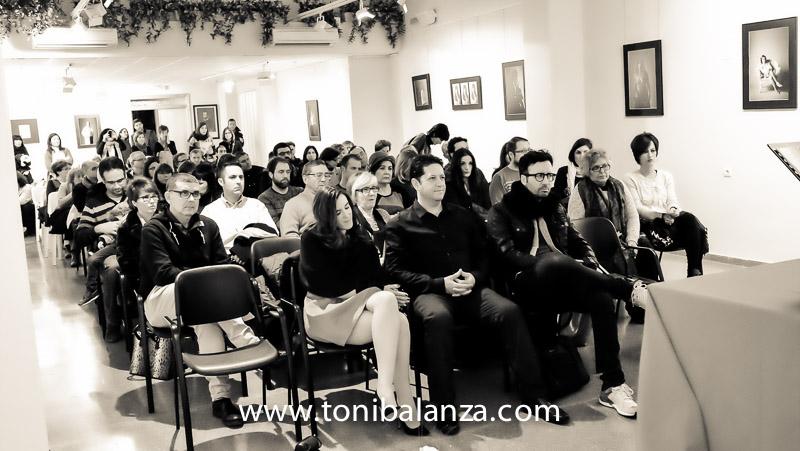 Asistentes a la inauguración exposición mujer mastectomizada de Toni alanzà en Bocairent