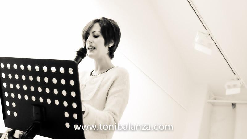 Bea Micó recitando poesia en Bocairent