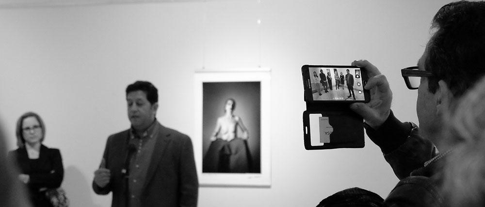 Los asistentes graban en vídeo las palabras del fotógrafo Toni Balanzà
