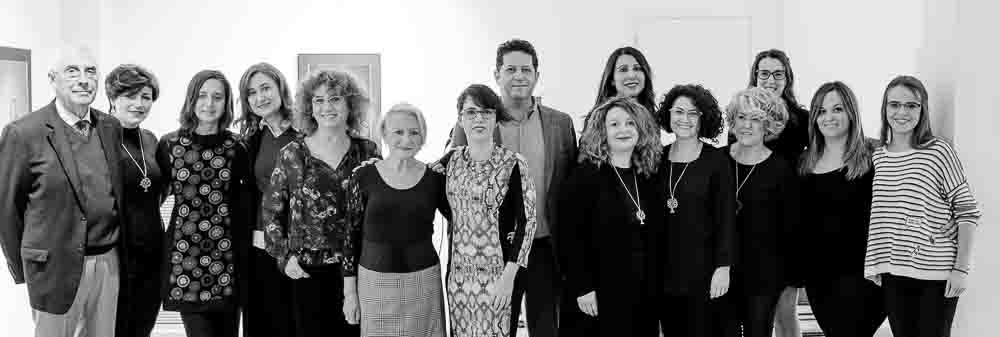 Foto de grupo de las modelos mastectomizadas el alcalde de Benimámet y el artista Toni Balanzà