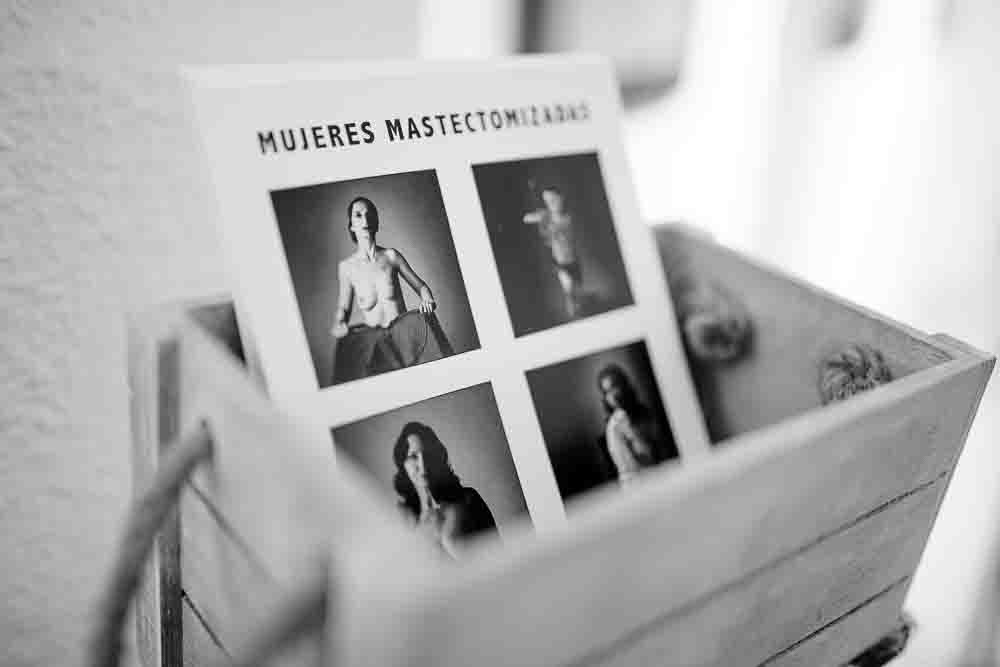 Cesta con folletos de la exposición fotográfica