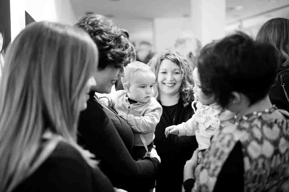 Bebés sonrien en la exposición fotográfica