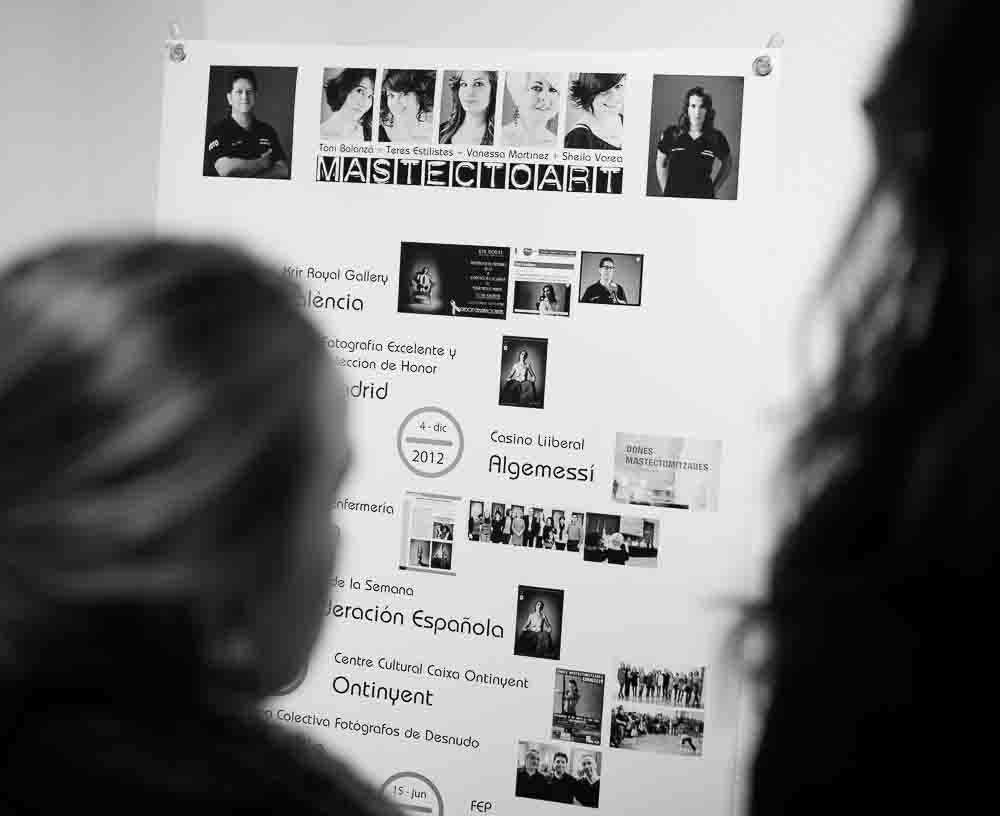 Cartel con el currículum de la exposición Mujeres Mastectomizadas de Toni Balanzà