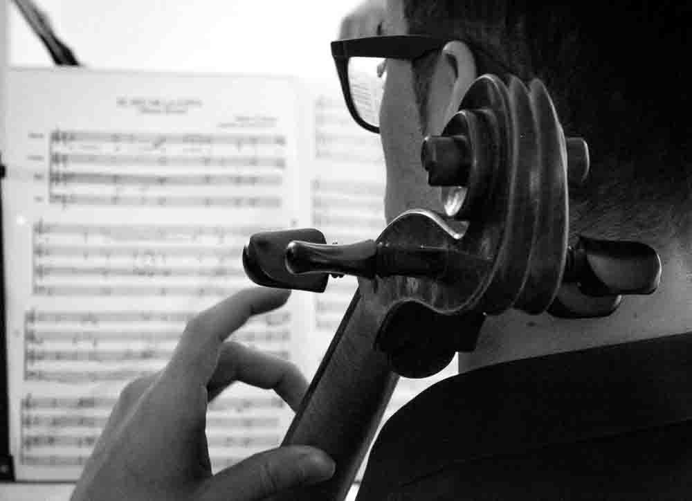 Plano contraplano de Marc Balanzà el violoncellista del concierto
