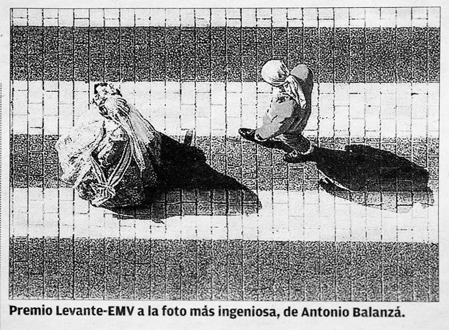 Fotografía de la noticia en la página 31 del periódico Levante-emv con la fotografía ganadora del Gran Premio Levante-emv a la fotografía más ingeniosa de las Fallas 2013 del concurso fotográfico de Junta Central Fallera - JCF.