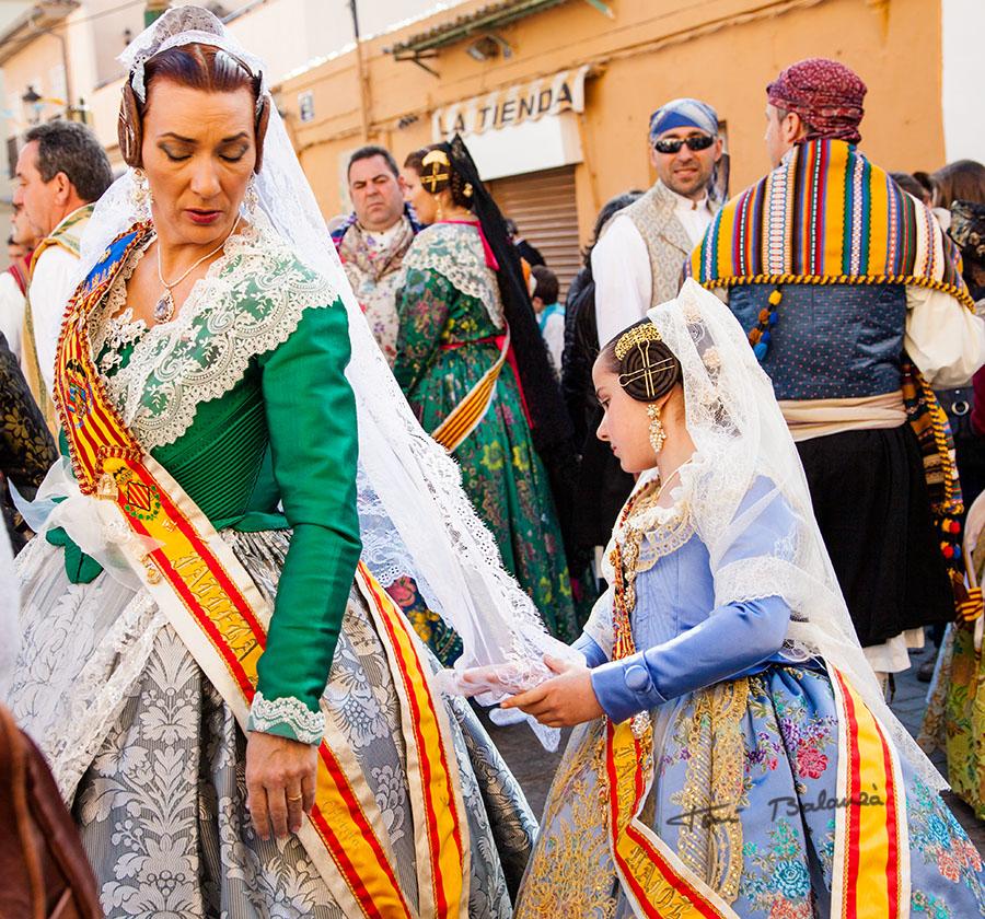 La Fallera Major Infantil ajusta el vestido de la Fallera Mayor 2013 de la Falla Plaça de la Tenda de Benimàmet - Valencia