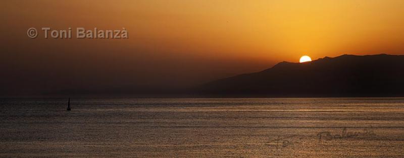 Barquito en puesta de sol en Cabo de Gata