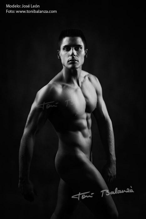 José León nude art in black and white