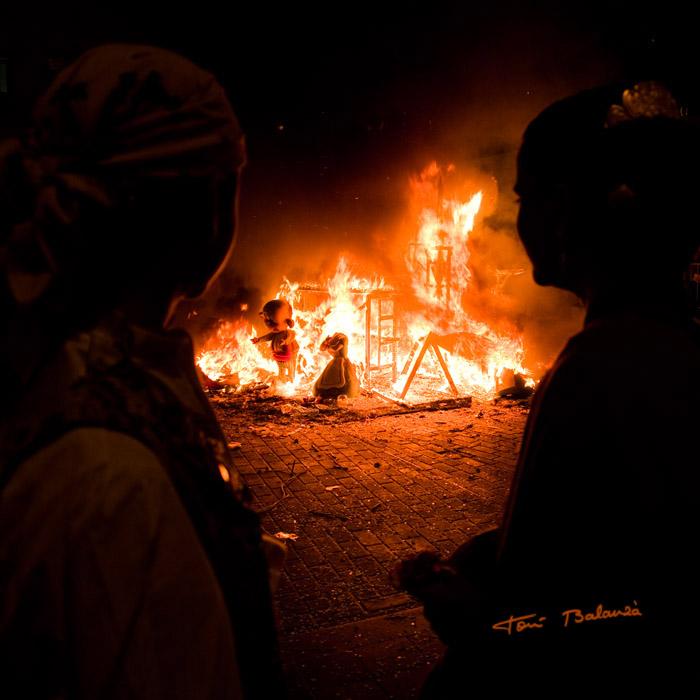 contemplan como se quema la falla