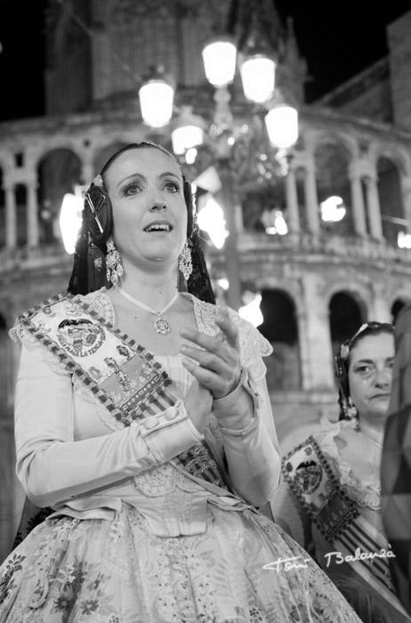 emociones y lágrimas al pasar por delante de la Virgen de los Desamparados de Valencia