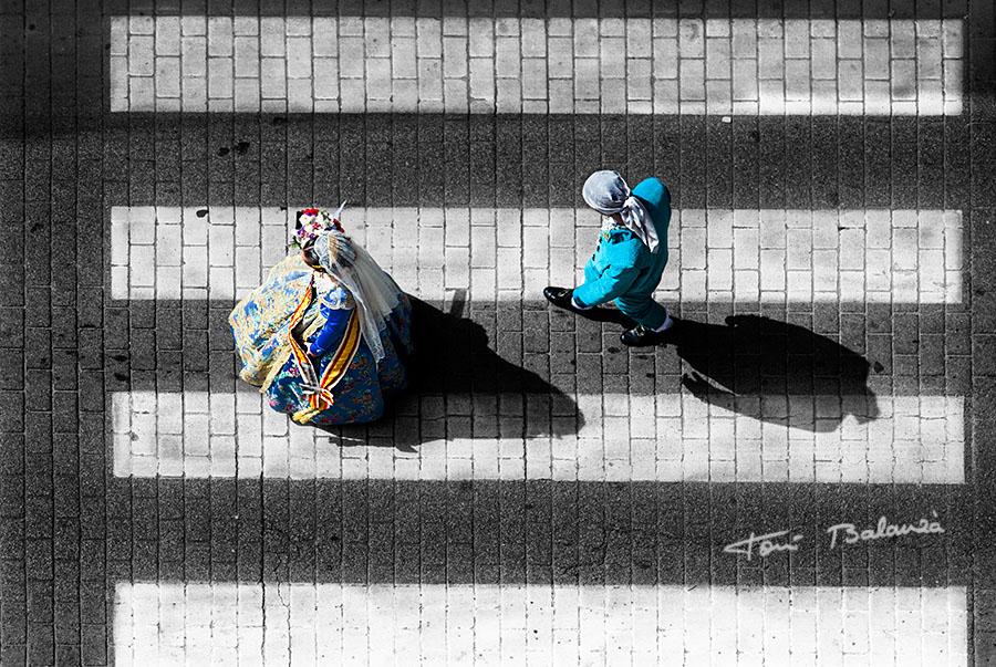 Passacarrer a l'ofrena de la Verge - Fotografía de Toni Balanzà, ganadora del GRAN PREMIO LEVANTE E.M.V. , a la fotografía más ingeniosa de las fallas 2013 en el 53 Concurso Fotográfico de Junta Central Fallera de Valencia