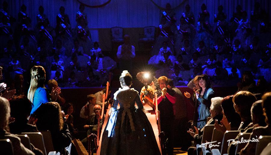 Anna, Fallera Major Infantil 2013 de Falla Plaça de la Tenda de Benimamet Valencia accediendo al escenerio en el acto de la presentación de la Falla