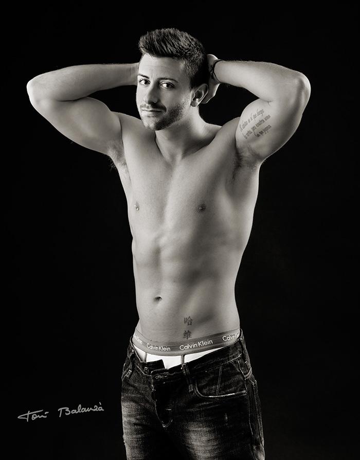 Javier retrato modelo masculino torso desnudo blanco y negro