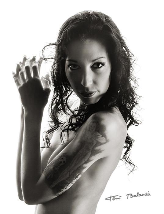 Retrato boudoir sesión erótica blanco y negro
