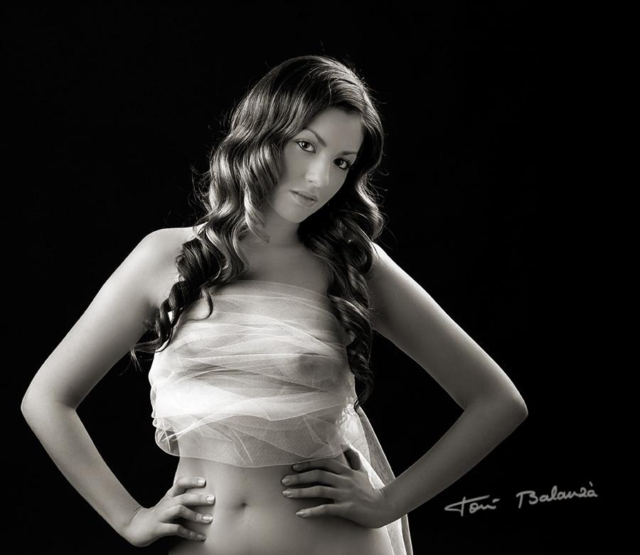 desnudo artístico en blanco y negro con tul de novia erótico