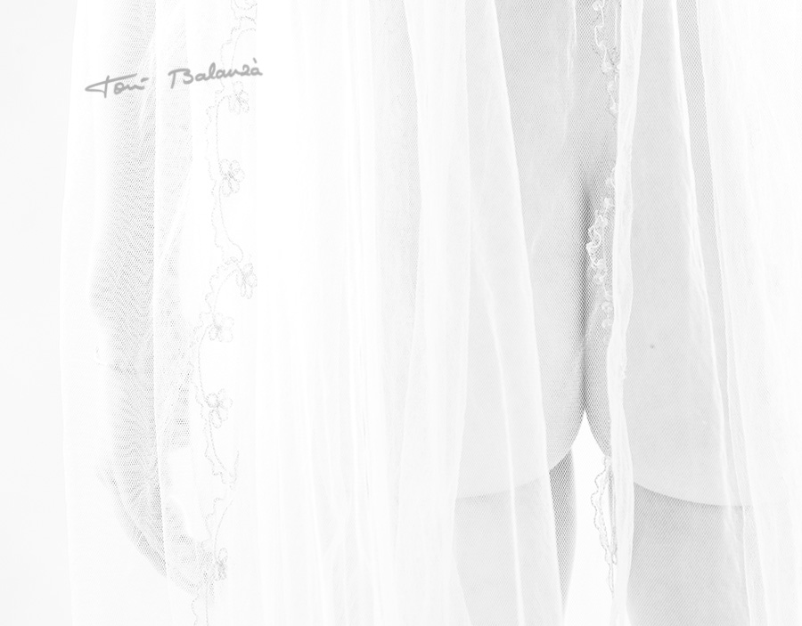 fotografía en blanco y negro del tul y el culete de la novia