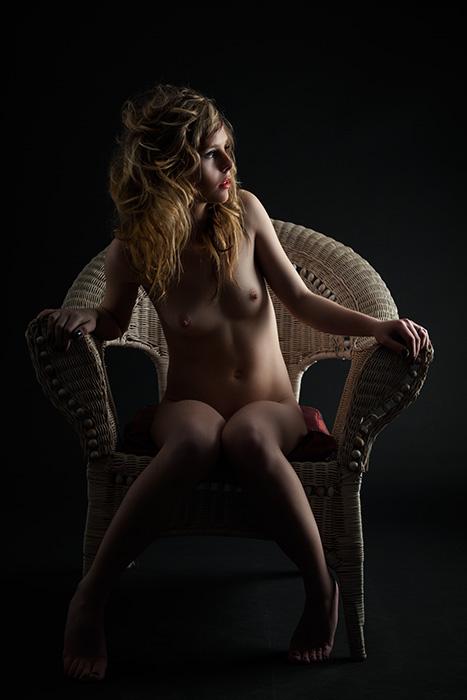 chica joven sentada desnuda nude art