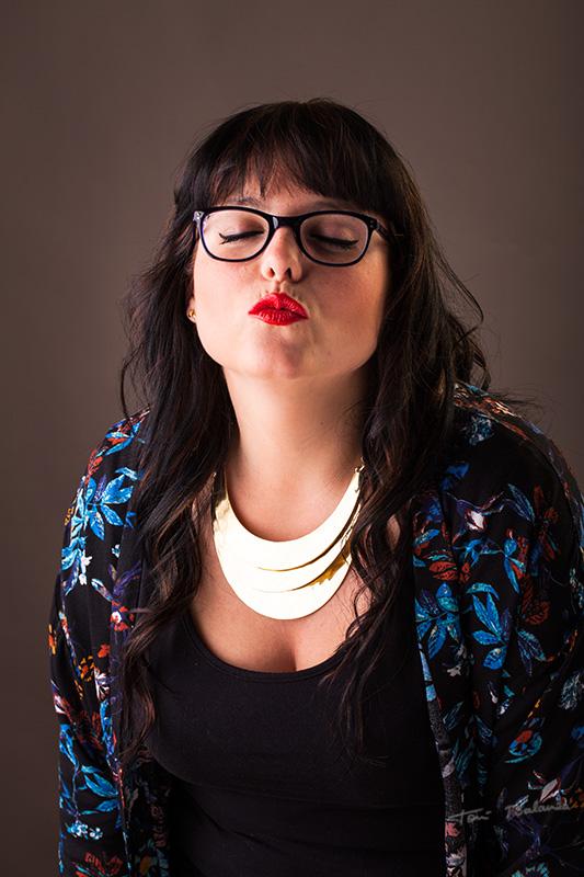 chica con labios rojos gafas graduadas