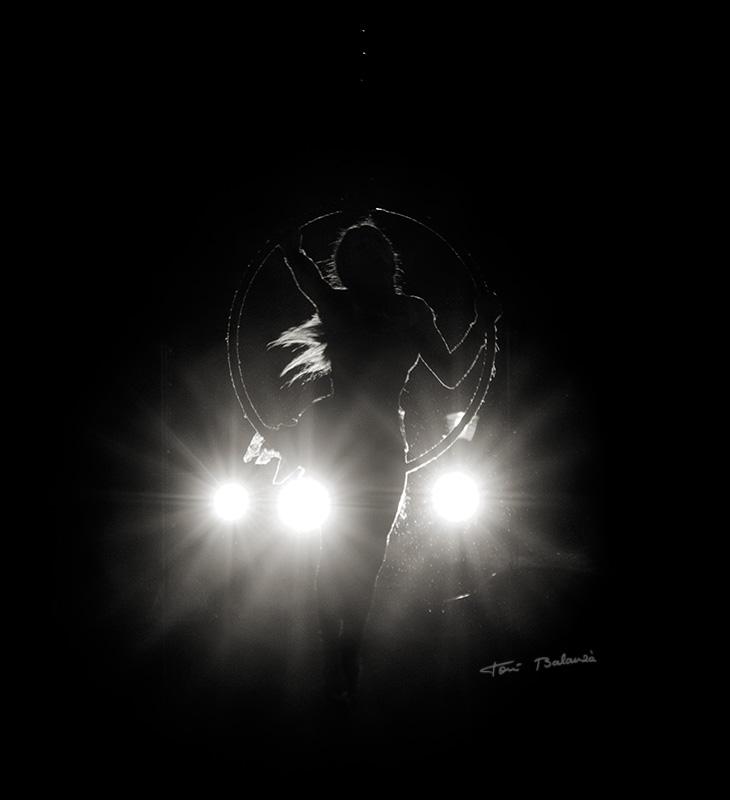 acróbatas a contra luz