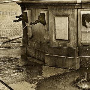Marc y Sven en la fuente - Mientras Marc intenta fotografiar el chorro de agua con su cámara acuática, Sven le observa.