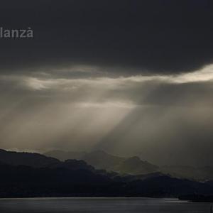 Amanece en Richterswill - Se aprecia en primer término el Lago de Zurich y el resto es poesia de la naturaleza.