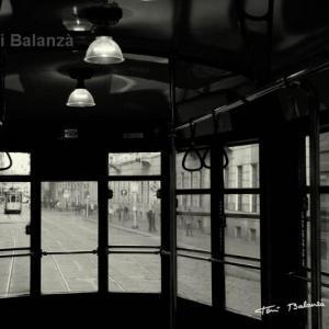 Milano tranvia 01 - Imagen de un tranvía de Milán desde el interior de otro tranvía. La imagen en papel es muy rica en gama de grises.