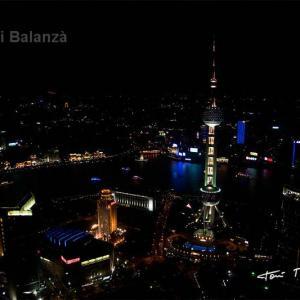Shangai - China - Vista nocturna de la nueva zona rica de Shangai. Ya no queda nada de la gente que vivía en barcas en el rio.