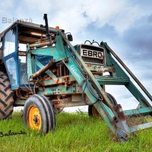Tractor EBRO en La Gila - HDR sobre este impresionante tractor EBRO aparcado a orillas del camino.