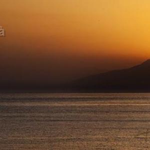 Barquito en puesta de sol en Cabo de Gata - Momento mágico y espectacular. La puesta de sol vista desde el Cabo de Gata en Almería. Al fondo la zona de Retamar.