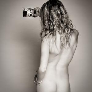 Claudia y su cámara - Imagen muy sugerente de desnudo artístico. nude art in black and white.