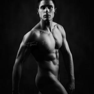 José León nude art in black and white - Modelo: José León, desnudo en blanco y negro. nude art in black and white. Sesión boudoir.
