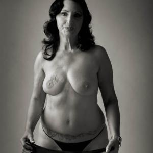 Carmen Mujer mastectomizada - pertenece a la exposición Mujeres mastectomizadas de Toni Balanzà, exposición paralela a la presentación del calendario solidario mujeres mastectomizadas por el cáncer de mama 2013 que recauda fondos para el equipo de investigación de la Dra. Ana Lluch del hospital Clínico de Valencia.