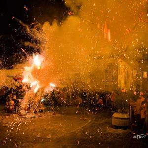 Cremà de la Falla Infantil nit del foc - Cremà de la Falla Infantil de 2012 de la Falla Plaça de la Tenda de Benimàmet-Valància. La nit del foc, es la noche mágica de las fallas de Valencia. En la imagen se aprecia el instante en el que la Fallera Mayor Infantil y el presidente Infantil acaban de prender la mecha de la traca, que posibilita la cremà de la falla. Falla Infantil de 2012 de la Falla Plaça de l