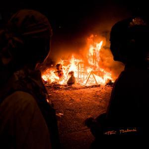 contemplan como se quema la falla - El presidente infantil y la Fallera Mayor Infantil contemplan como se quema la falla infantil de 2012 de la Falla Plaça de la Tenda de Benimamet - Valencia
