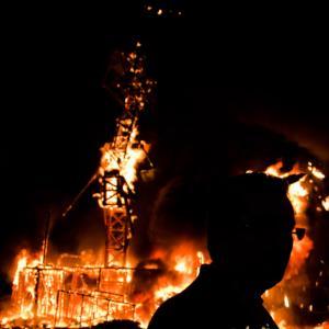 Silueta del presidente de la Falla - Silueta a contraluz del presidente de la falla, mientras contempla como arde el monumento fallero.
