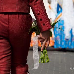El presidente infantil va a recibir a la Fallera Major - El presidente infantil va a recibir a la Fallera Major con un ramo de flores en la mano.