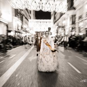 Ofrenda a la Virgen de los Desamparados de Valencia - Calle de la Paz de Valencia. EL ritmo del desfile es vertiginoso, cuando ya te acercas a la Catedral de Valencia para realizar la Ofrenda a la Virgen de los Desamparados de Valencia
