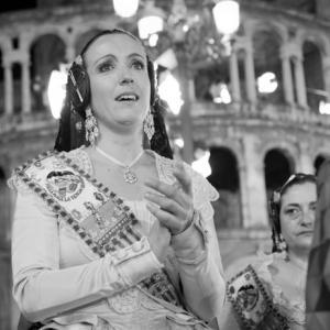 emociones y lágrimas al pasar por delante de la Virgen de los Desamparados de Valencia - En la imagen se aprecia a la hermana y la madre de la Fallera Mayor, emocionadas y con lágrimas desbordadas, ante tal emoción, pasar por delante de la Virgen de los Desamparados de Valencia.