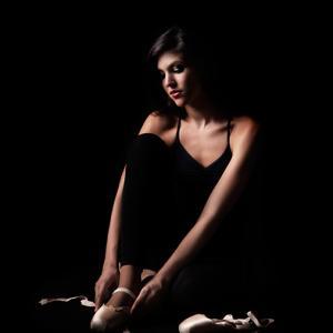 bailarina atándose las zapatillas de baile -