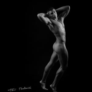 José León 186 nude art in black and white - El modelo y streeper José León en una fotografía de desnudo artístico de Toni Balanzà, fotógrafo de desnudo en Valencia. nude art in black and white. Chico desnudo.